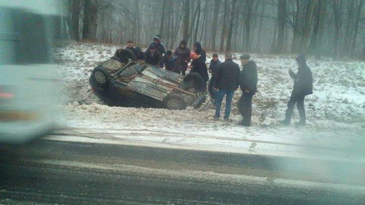 Adevărați eroi! Mai mulţi moldoveni au intervenit să ajute victimele unui accident, după ce o maşină s-a răsturnat pe şosea (FOTO)