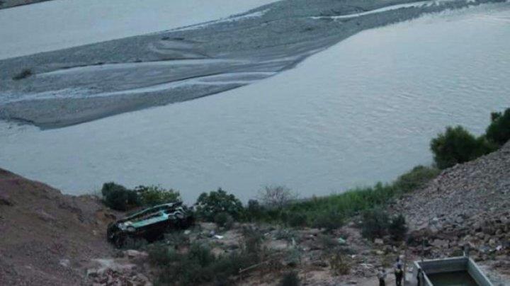 ACCIDENT DE GROAZĂ: Cel puţin 36 de persoane au murit după ce un autocar a căzut într-o prăpastie (IMAGINI JALNICE)