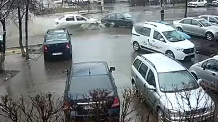 ACCIDENT SPECTACULOS la Iaşi. Un tânăr a scăpat ca prin minune (VIDEO)