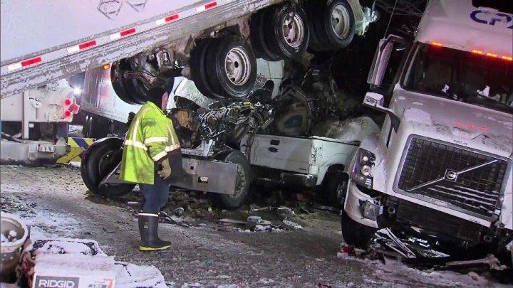 ACCIDENT TRAGIC ÎN CHICAGO. Mai multe mașini și camioane s-au ciocnit în lanț