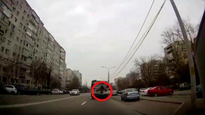 Teribilism fără margini! Un adolescent din Constanţa s-a agăţat de autobuz ca să nu achite bilet