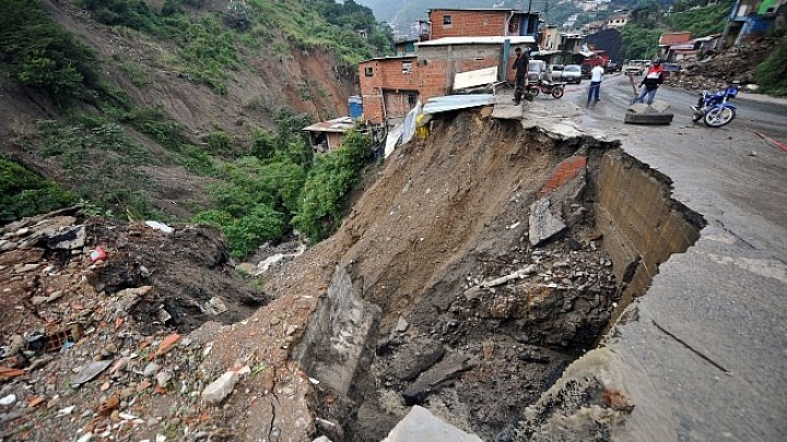 Alunecări de teren în Indonezia. Cinci morţi şi doi răniţi