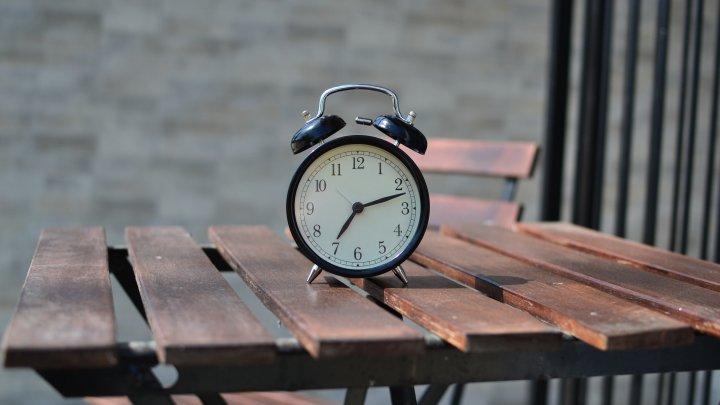 Parlamentul European nu elimină ora de vară. Precizări privind schimbarea bi-anuală de oră