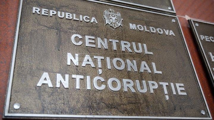 Scandalul autorizaţiilor cu probleme pentru construcţiile din Chişinău. Alte 5 persoane ridicate şi duse la CNA