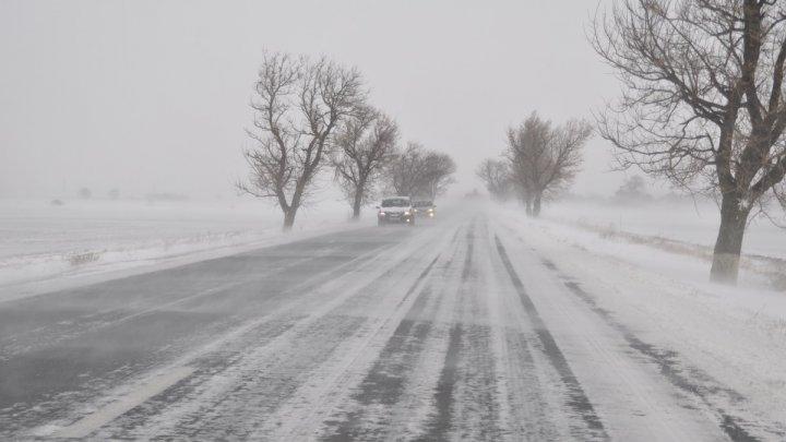 VREME EXTREMĂ în România. Autostrăzi şi zeci de drumuri închise din cauza viscolului