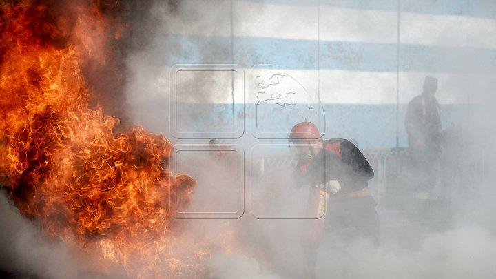 Incendiu într-un bloc de locuit din sectorul Rîșcani! Patru echipe de pompieri luptă cu flăcările (FOTO/VIDEO)