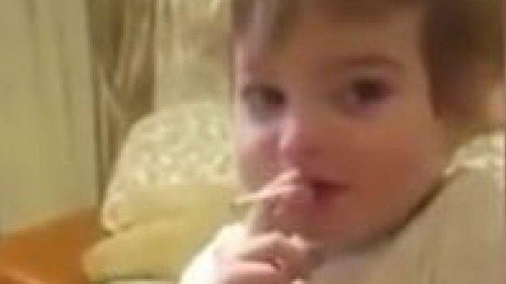 Strigător la cer! Copil de doi ani, surprins în timp ce fumează. Reacția părinților e halucinantă (VIDEO)