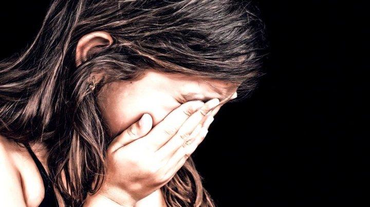 Caz ieșit din comun! O fetiță de nouă ani a devenit mamă, după ce a fost violată de tatăl ei