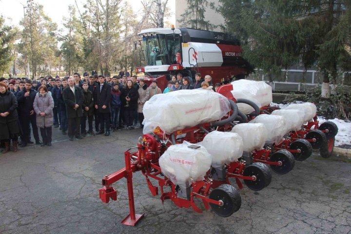 Utilaj tehnic performant pentru Colegiului Tehnic Agricol din Găgăuzia. Tinerii specialişti au primit cadoul din partea Guvernulu
