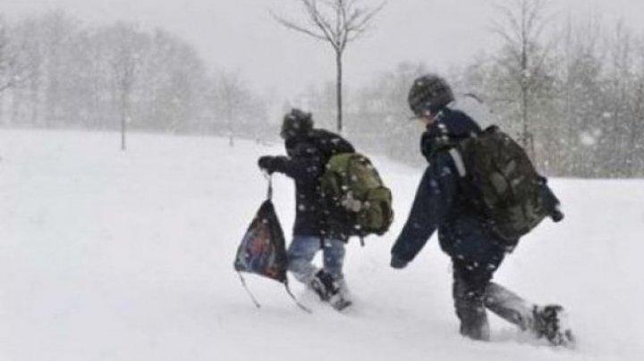 Școli închise din cauza vremii. Peste 200 de elevi nu au ajuns la ore