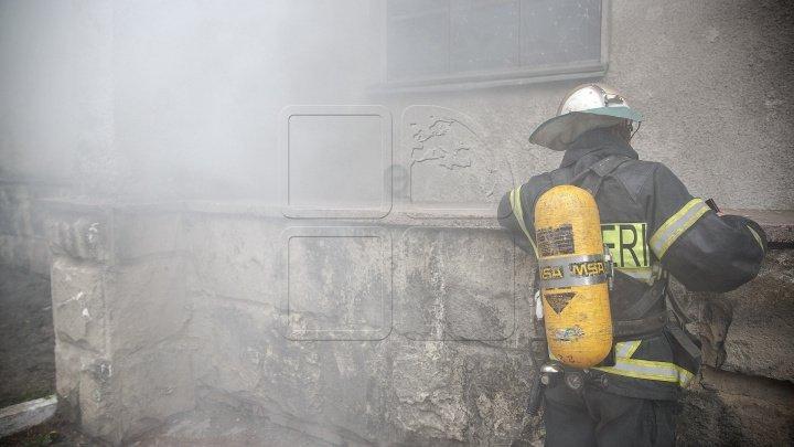 Incendiu puternic în Prahova: Zeci de caroserii de maşini sunt cuprinse de flăcări