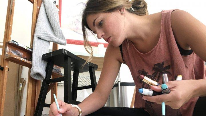 Povestea femeii care pictează tablouri cu buzele