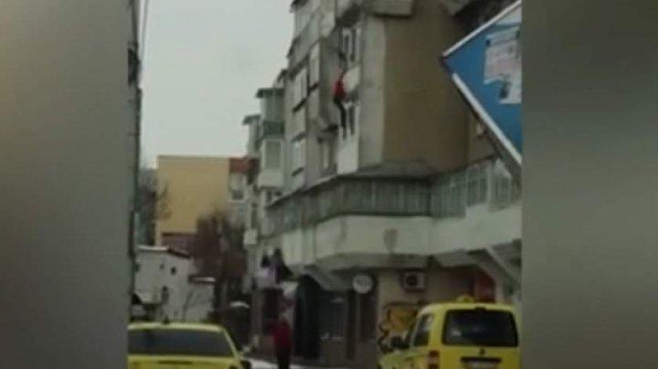 Imagini șocante! Un bărbat, împins de la balcon, chiar de fiul său