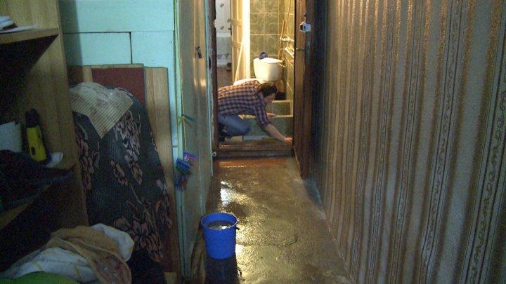 Ţevile de canalizare dau bătăi de cap locuitorilor. Trei locuinţe din sectorul Buiucani au fost inundate