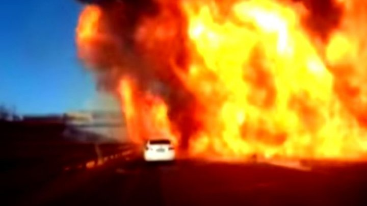 IMAGINI DRAMATICE! Momentul în care o cisternă cu GPL a luat foc și a explodat. Mai multe vehicule, cuprinse de flăcări