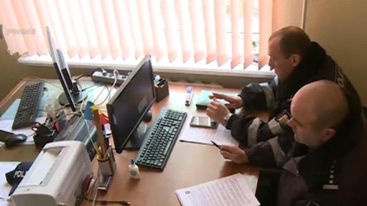 Se înghesuie într-un birou mic şi sunt nevoiţi să scrie procesele verbale pe genunchi. În ce condiţii lucrează 14 poliţişti din satul Zîrneşti