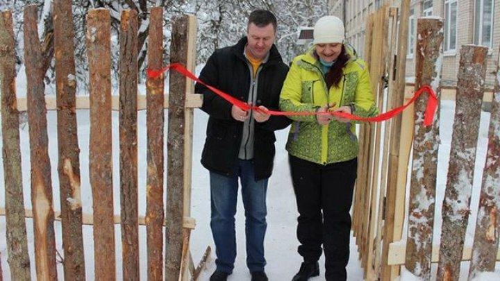 Au construit un gard lângă şcoala din Pskov, timp de 7 ani. Cum arată acesta