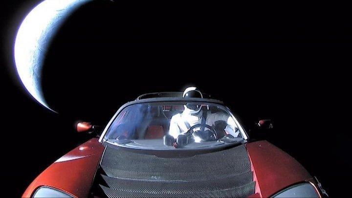 Maşina Tesla Roadster, care i-a aparţinut miliardarului Elon Musk, a fost zărită în spaţiu de un telescop robotizat