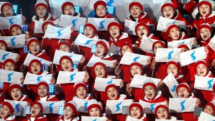 O majoretă nord-coreeană, surprinsă în timp ce aplaudă o pereche americană la proba de patinaj artistic (VIDEO)