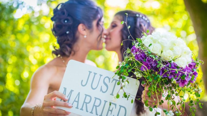 Căsătoriile între persoane de același sex, interzise în Insulele Bermude, primul loc în care au fost legalizate