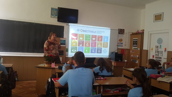O profesoară a fost premiată de Microsoft pentru modul în care îi învaţă pe copii limba română