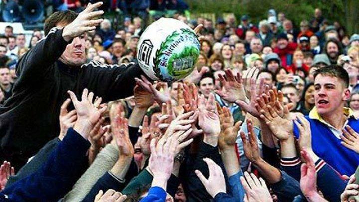 În oraşul englez Ashbourne s-a disputat cel mai vechi din lume joc cu mingea, Royal Shrovetide