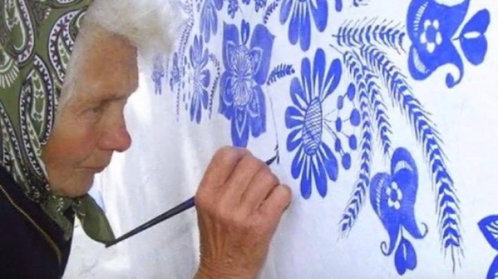 Are 90 de ani şi transformă casele în adevărate opere de artă. Care este secretul pictoriţei (VIDEO)
