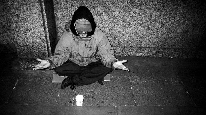 Povestea impresionantă a unui om al străzii. Acesta face senzație pe Twitter cu postările sale
