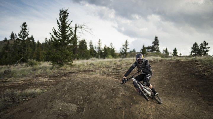 Ciclistul canadian Brandon Semenuk şi-a impesionat fanii la o cursă extremă de mountain bike