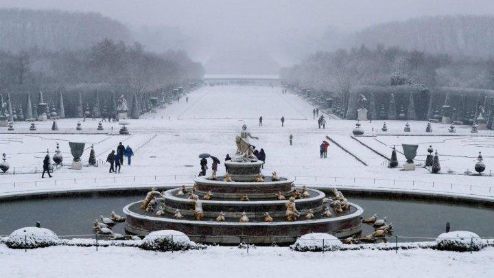 Franţa lovită de cea mai puternică ninsoare, din anul 1987. Parisul rămâne BLOCAT! Traficul aerian şi rutier, dat peste cap (FOTO)