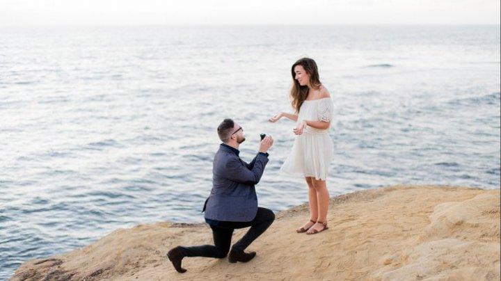 Bine de știut! De ce se așază bărbații în genunchi când își cer iubita în căsătorie