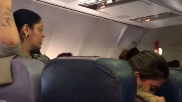Scandal într-un avion cu destinația Italia. Pilotul a anulat decolarea din cauza unei românce