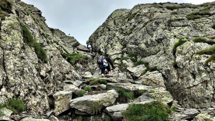 Un cunoscut traseu din Munţii Făgăraş a fost închis din cauza căderilor de pietre