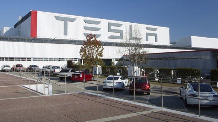Tesla, victimă a hackerilor. I-au folosit serverele pentru a produce monede virtuale