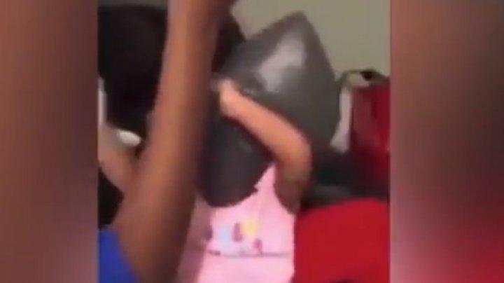 ÎNFRICOŞĂTOR! Doi adolescenţi sufocă un copil cu o pungă de plastic: Îl învăţăm ce înseamnă disciplina (VIDEO)
