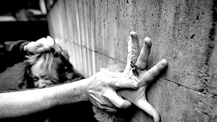 """Un moldovean a încercat să violeze o italiancă şi i-a amenințat pe cei din jurul lui. Cum a scăpat tânăra din """"ghearele"""" agresorului"""