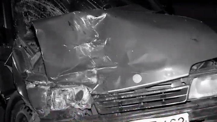 Patru persoane au rămas în viaţă, după ce maşinile în care se aflau S-AU LOVIT FRONTAL