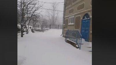 NINGE PUTERNIC ÎN NORDUL ȚĂRII! La Ocnița stratul de zăpadă a ajuns la 15 centimentri