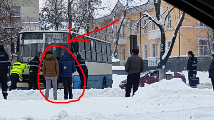 IMAGINEA ZILEI: Momentul în care doi tineri s-au oprit și privesc cum mai mulți polițiști ajută un autocar blocat în zăpadă