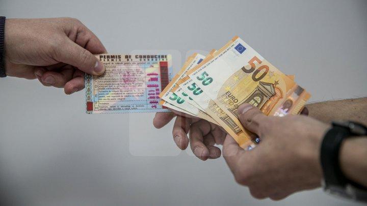 1000 de euro pentru un permis de conducere. Un bărbat și o femeie din Bălți, reținuți de CNA
