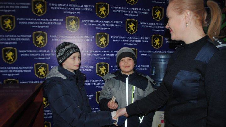 Copii mici cu suflet mare! Doi băieţi au găsit o sumă de bani în centrul oraşului Orhei şi au dus-o la poliţie (FOTO)