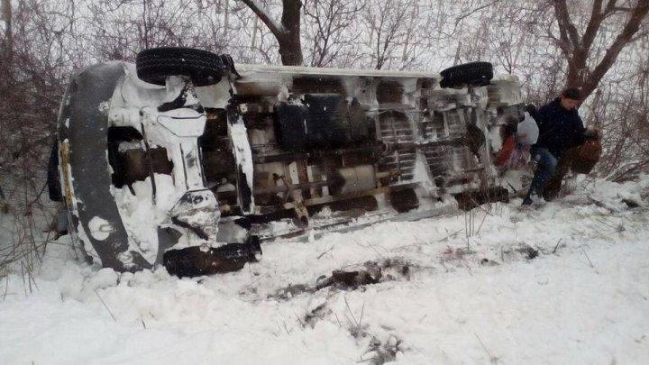 Accident GRAV pe traseul Ialoveni-Costești. Un microbuz cu pasageri s-a răsturnat. SUNT RĂNIŢI