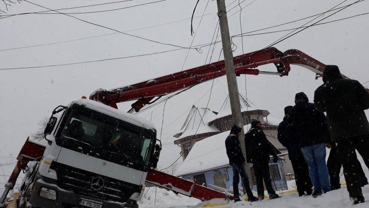 Zi cu ghinion la Durlești. Un camion s-a răsturnat peste firele de electricitate (FOTO)