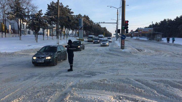 Zăpada i-a scos la datorie: Zeci de poliţişti vor dirija traficul rutier din Capitală (GALERIE FOTO)
