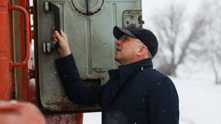 Pavel Filip, în acțiune. Oficialul a mers pe teren pentru a verifica lucrările de curățare a drumurilor (FOTO)