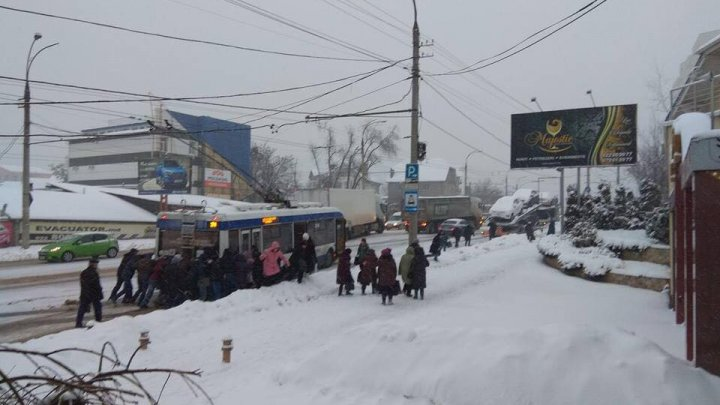 VIRAL PE INTERNET. Un troleibuz a rămas blocat pe Calea Orheiului și a fost împins la deal de călători (FOTO)