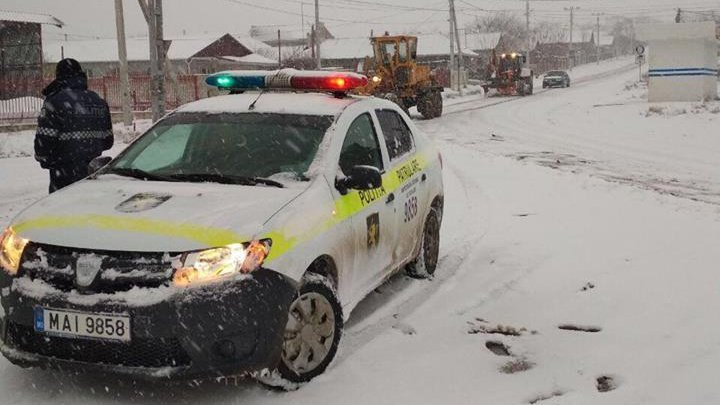 Poliția avertizează că ninge puternic în zonele de centru și sud ale țării. Rugăm șoferii să fie prudenți la volan