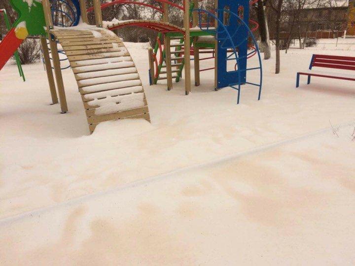 Fenomen nemaivăzut! În Moldova ninge cu zăpadă portocalie (FOTO/VIDEO)