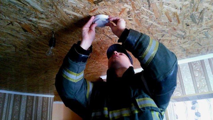 O casă protejată, o viață salvată. Peste 900 de detectoare de fum, instalate în locuințele oamenilor din șase raioane(FOTO)