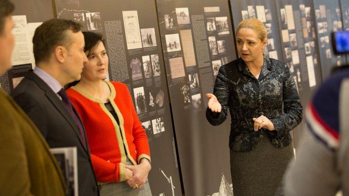 Expoziție inedită la Parlament. Omagiu adus lituanienilor care au trecut prin ororile deportărilor